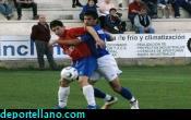 Andr�s Ramos presionado por un rival intenta controlar el bal�n
