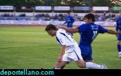 El argentino Pavone pelea on la defensa rival