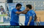 Tariq y Hern�ndez se felicitan tras el empate del Puerto